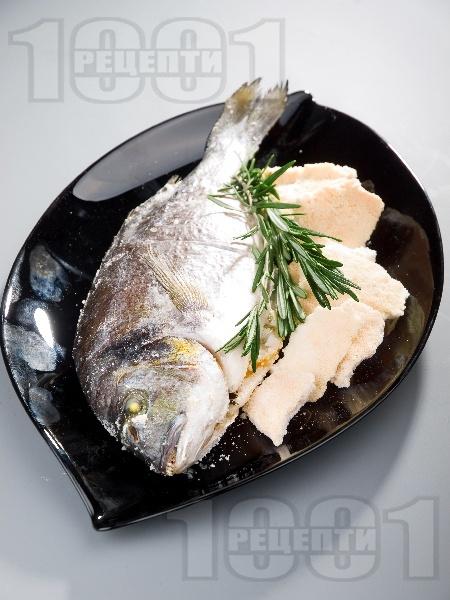 Вкусна печена риба ципура върху сол на фурна - снимка на рецептата